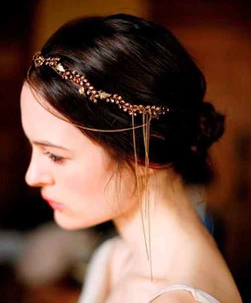 Lấy cảm hướng từ bộ phim Gatsby vĩ đại, mẫu băng đô này tạo nét kiêu kỳ cho cô dâu.