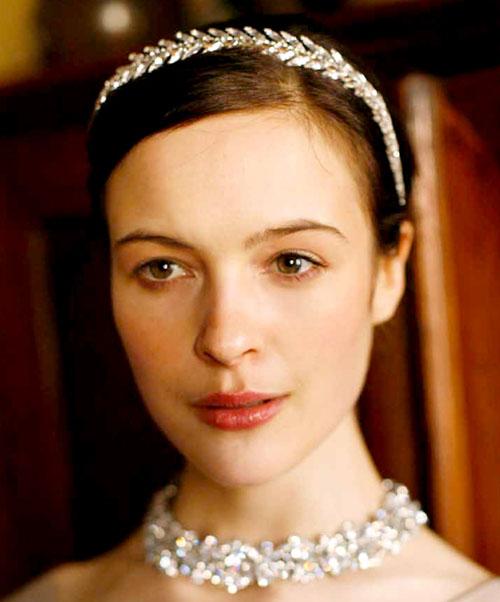 Băng đô hình lá nguyệt quế tạo sự so sánh vẻ đẹp của cô dâu giống với nữ thần.
